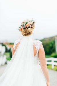 Bröllopsuppsättning med blommor i håret
