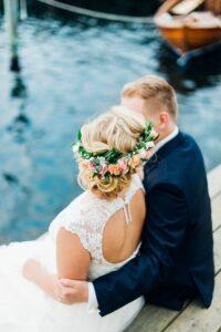Lykligt nygift par vid bryggan