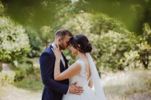 bröllopsfotografering med ett bröllopspar på en äng
